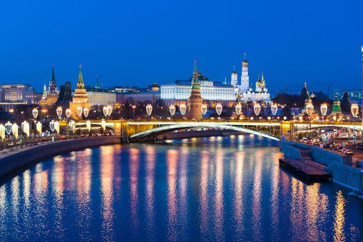 Вечерний вид на Московский Кремль с Патриаршего моста