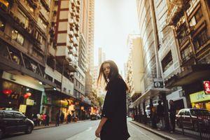 Фото бесплатно женщины, брюнетка, карие глаза, черная рубашка, город, глядя через плечо, justin lim, арт