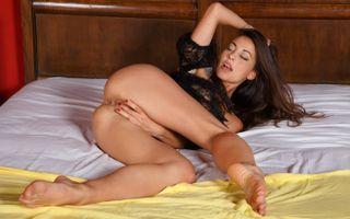 Бесплатные фото lorena b,lorena garcia,черное белье,брюнетка,задница,ноги,анус