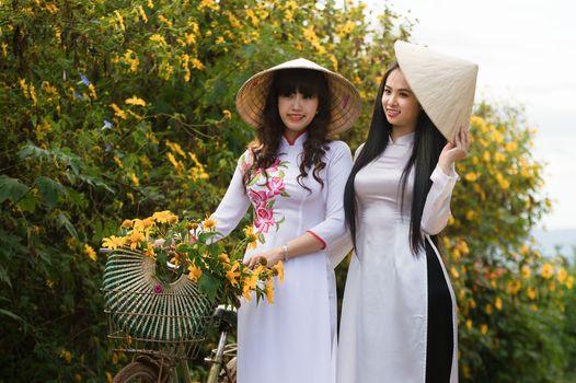 Бесплатные фото цветок,растение,девушка,дерево,сад,отдых,весело,трава,весна,улыбка,церемония