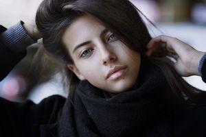 Бесплатные фото женщины,брюнетка,руки в волосах,шарф,лицо,портрет,боке