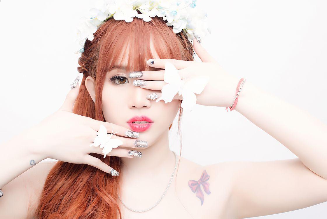 Азиатка и бабочки · бесплатное фото