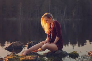Бесплатные фото женщины, модель, блондинка, платье, босиком, сидя, камни