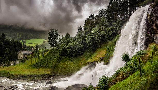 Бесплатные фото Норвегия,река,холм,водопад,домик,поле,гора,деревья,пейзаж