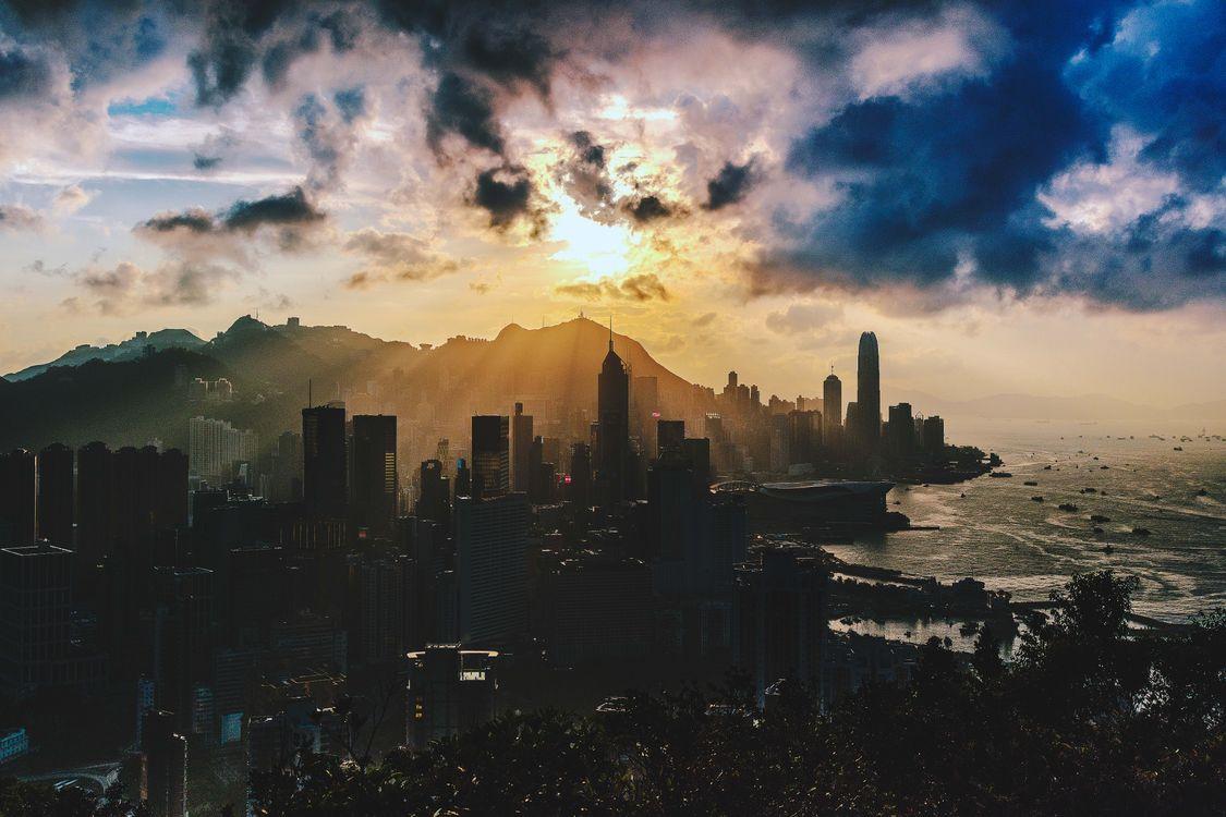 Фото бесплатно город, солнечный лучи, облака - на рабочий стол