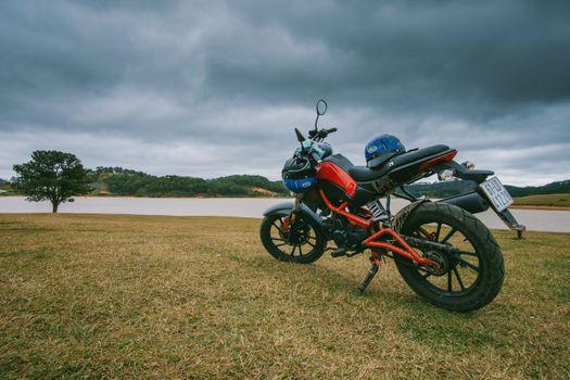Бесплатные фото мотоцикл,вид сбоку,фон,трава