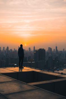 Фото бесплатно одинокий мужчина, закат, небоскребы