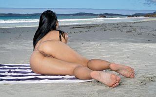 Бесплатные фото gina valentina,брюнетка,пляж,пляжное полотенце,голая,загорелая,киска