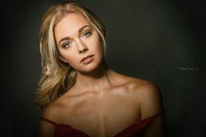 Бесплатные фото женщины,модель,блондинка,глядя на зрителя,голые плечи,женщины в помещении,портрет