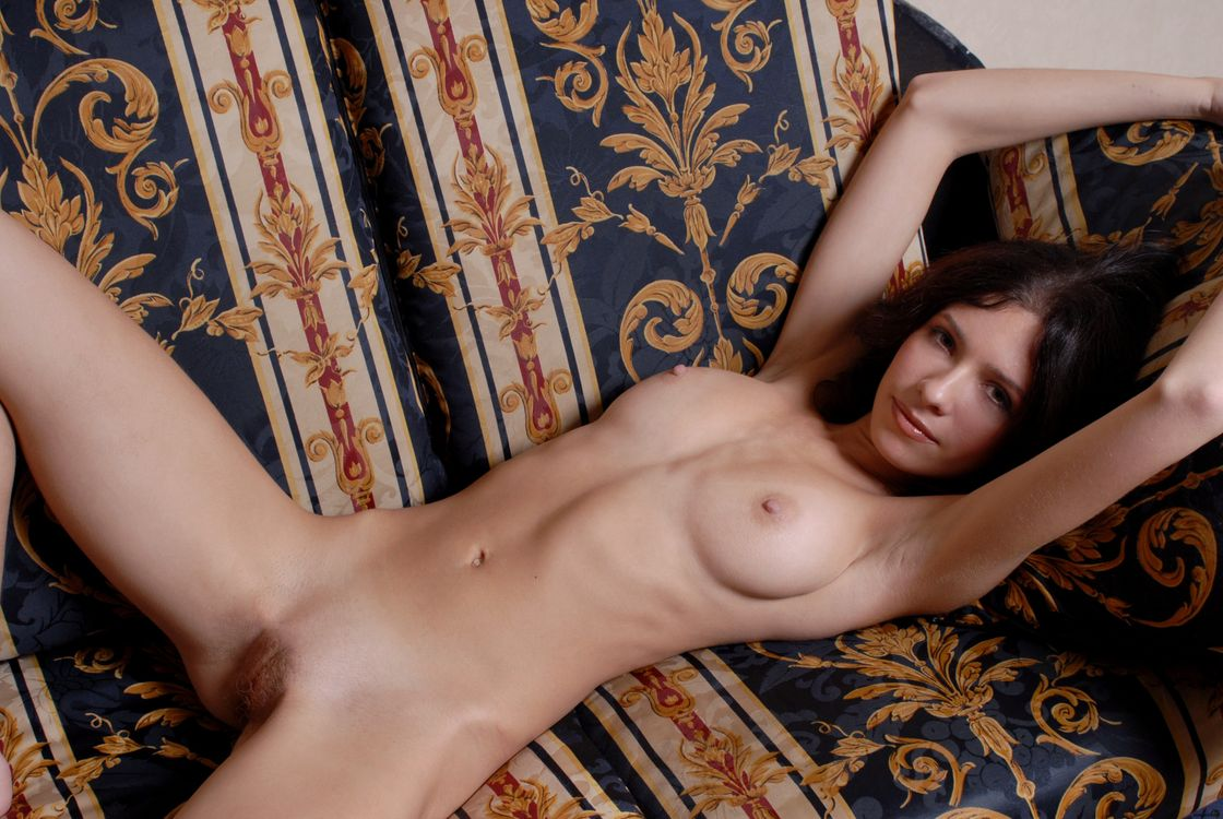 Кизнере девушка голая в