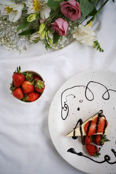 Фото бесплатно десерт, клубничный пирог, шоколадный соус