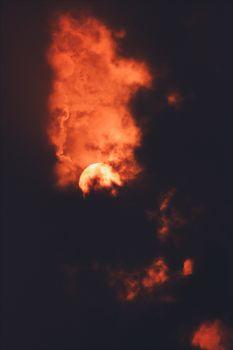 Красная Луна и облака