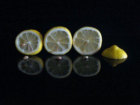 Фото бесплатно лимон, дольки, чёрный фон