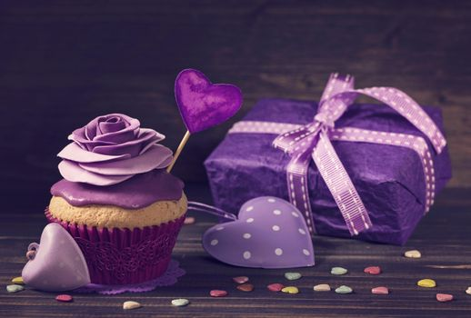 Бесплатные фото violet,крем,кекс,purple,сердечки,украшение роза,подарок,birthday cake,лента