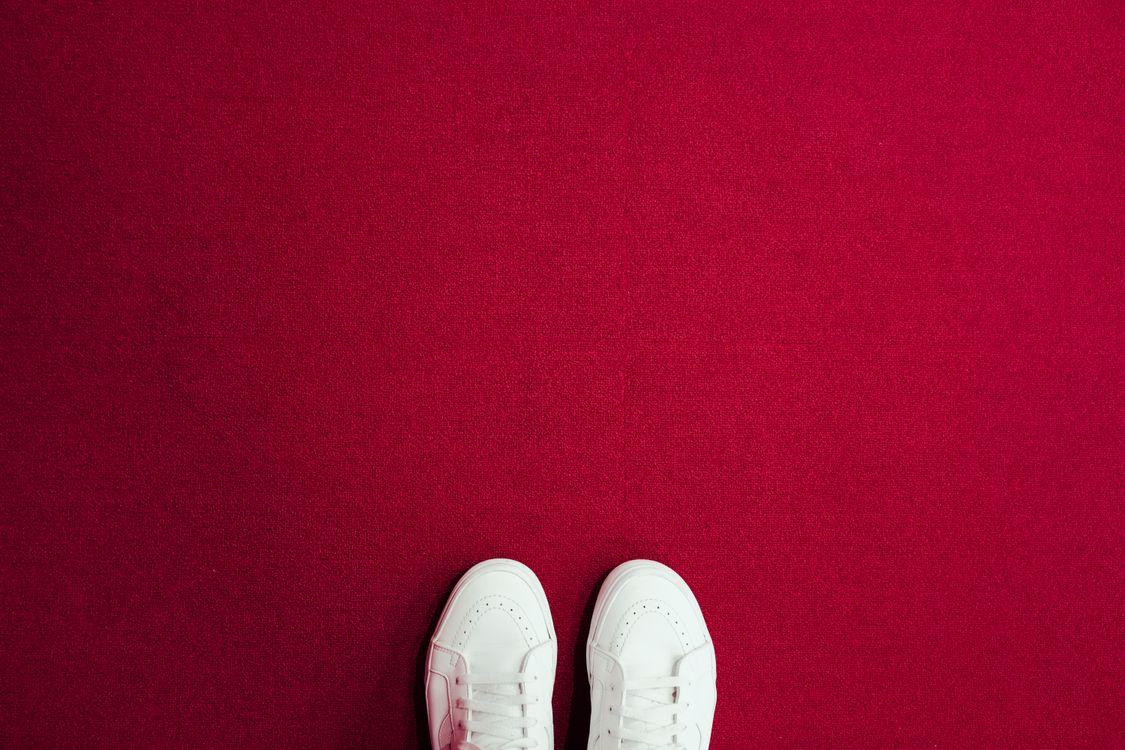 Фото бесплатно кроссовки, ноги, ковер - на рабочий стол