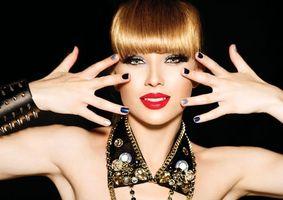 Бесплатные фото девушка,макияж,руки,маникюр,украшения