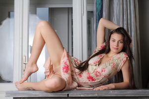 Audrey в платье с раздвинутыми ногами и без трусиков