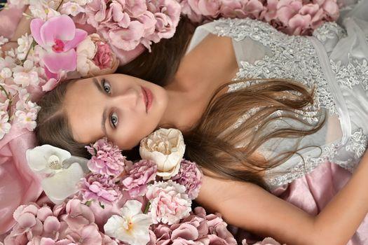 Фото бесплатно девушки, коричневые волосы, орхидеи