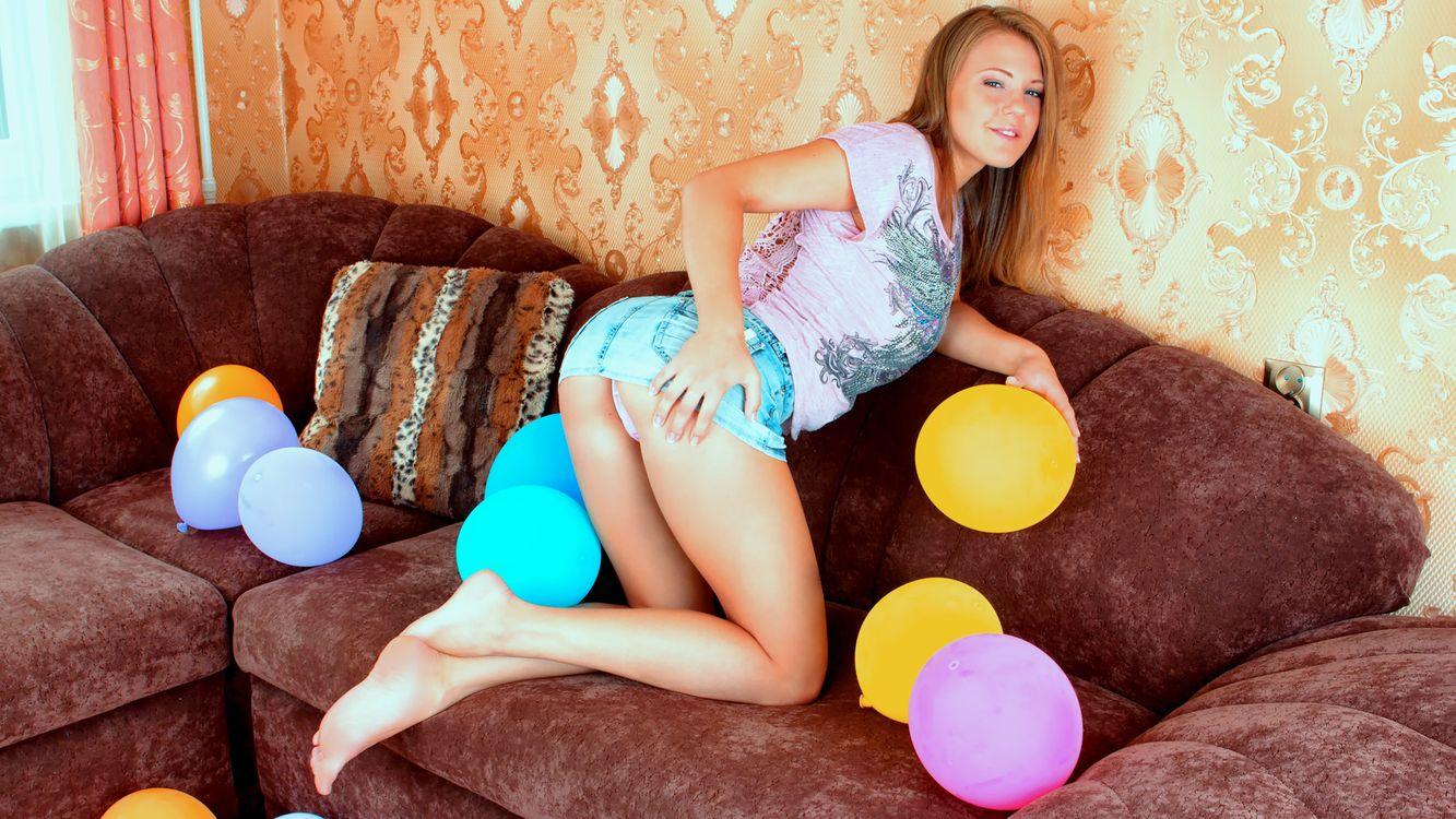 Фото бесплатно альт-бейли, люфтальоны, юбка джинсов, диван, юбка, задница, без обнаженной, viola bailey, luftballons, jeans skirt, sofa, skirt, ass, non nude, эротика