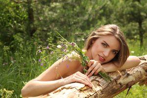 Бесплатные фото женщина,девушка,поле,блондинка,длинные волосы,трава,деревья