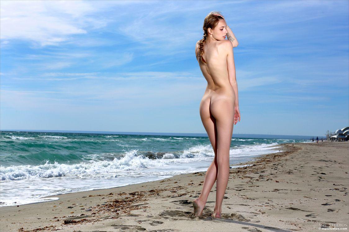 Фото бесплатно elle, elle tan, модель, красивая, детка, брюнетка, косичка, русский, спина, задница, пляж, песок, океан, море, на улице, эротика