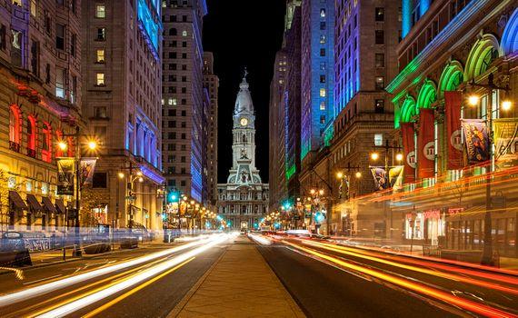 Бесплатные фото Филадельфия,ратуша,цветные огни,дома,дорога,иллюминация,город,ночные города