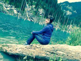 Бесплатные фото девушка,природа,озеро,в джинсах,горы,в синем,брюнетка