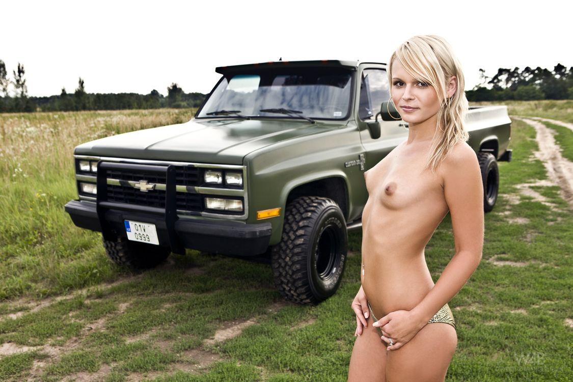 Эротика возле грузовика