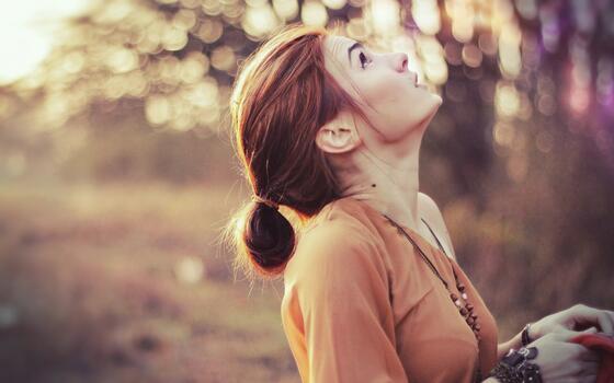 Фото бесплатно девушка, брюнетка, смотрит