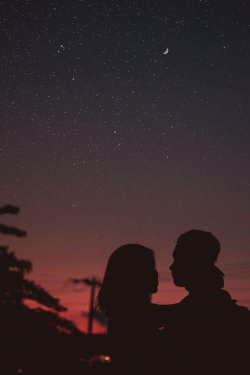 Фото бесплатно пара, силуэты, объятия, ночь, звездное небо, couple, silhouettes, hugs, night, starry sky, настроения