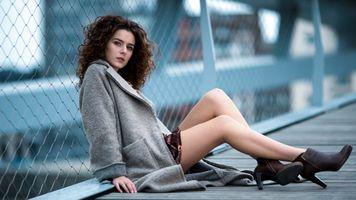 Бесплатные фото ноги,город,женщины на открытом воздухе,женщины,модель,серый пальто,вьющиеся волосы