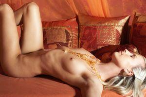 Кейт Дж выставляет свое красивое тело