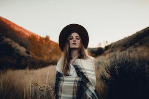 Бесплатные фото женщины,модель,блондинка,глядя на зрителя,одеяла,рубашка,женщины с шляпами