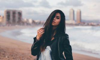 Бесплатные фото женщины,черные волосы,руки в волосах,кожаные куртки,вода,волосы в лицо,women