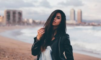 Photo free women, black hair, hands in hair