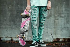 Бесплатные фото мужчина,скейтборд,город,мода,стены,бетон,джинсы