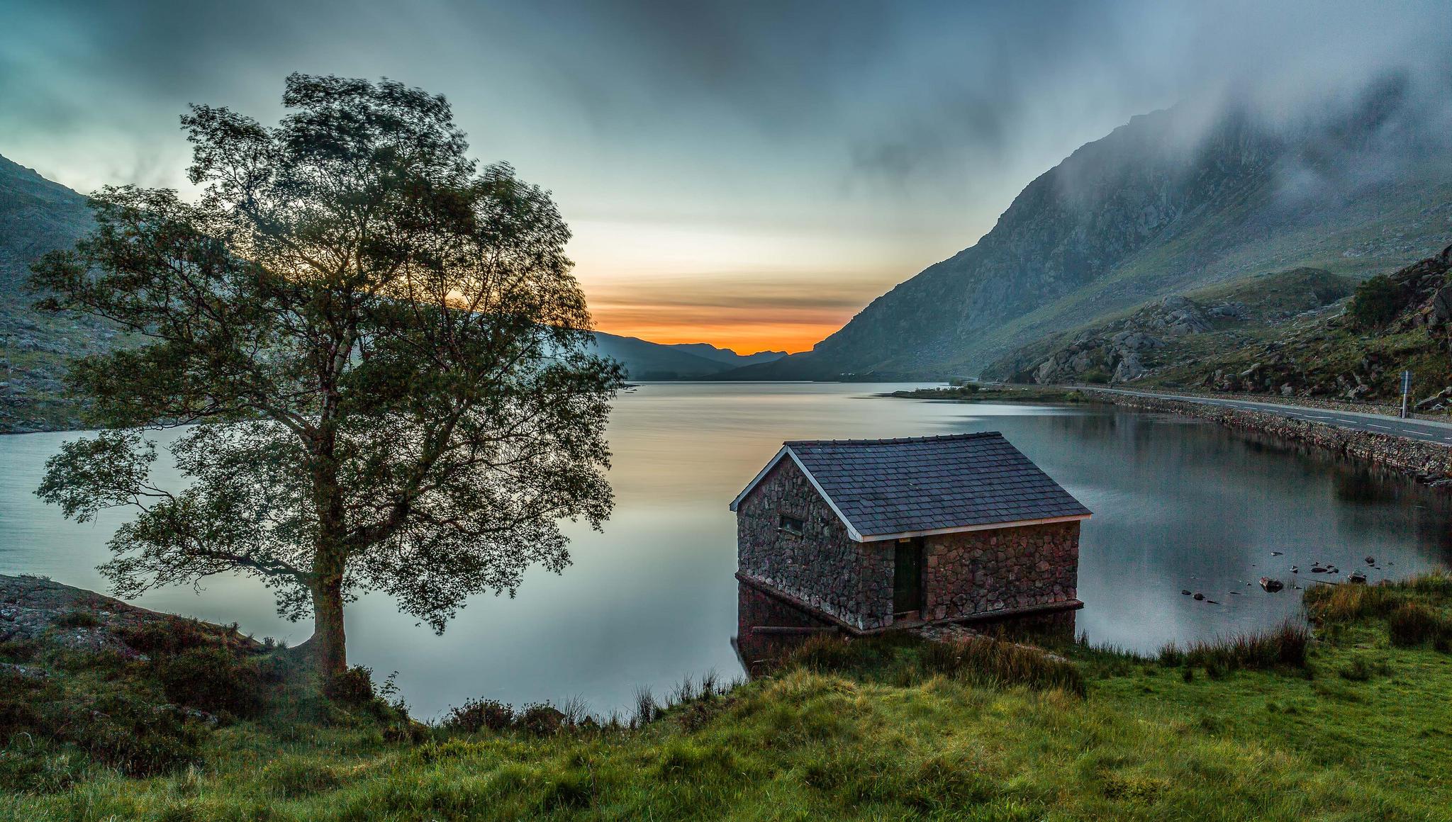 Обои закат, озеро, домик, горы