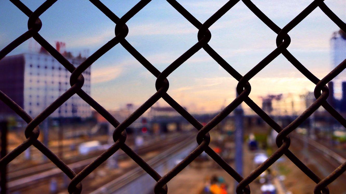Железный сетчатый забор · бесплатная заставка