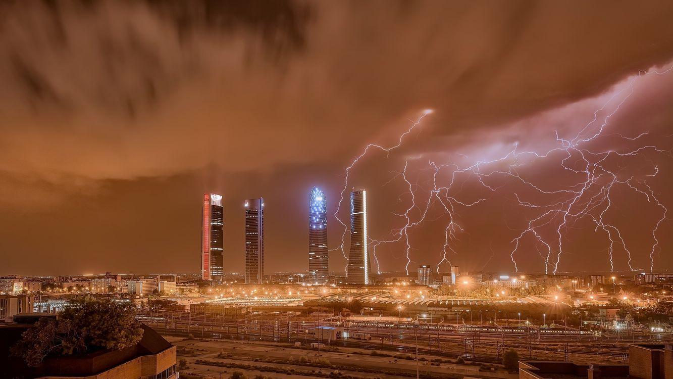 Обои молния, Мадрид, небоскребы картинки на телефон