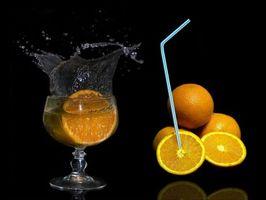Заставки апельсины, цытрусы, фрукты, чёрный фон, еда, бокал, сок, напиток, брызги