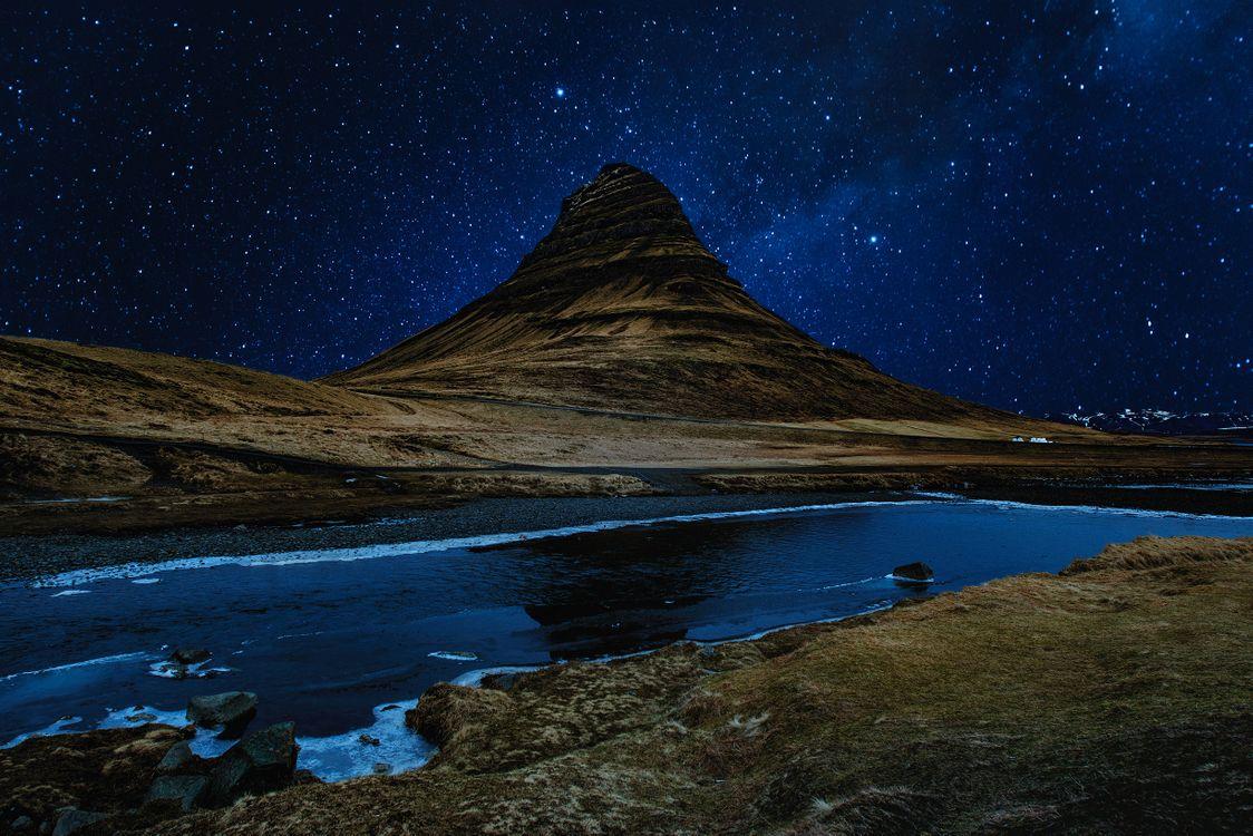 Фото бесплатно холм, река, звездное небо - на рабочий стол