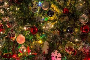 Новогодние игрушки на елке · бесплатное фото