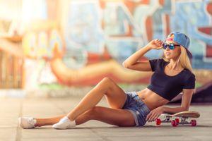 Бесплатные фото женщины,скейтборд,джинсовые шорты,блондинка,солнцезащитные очки,граффити,отражение
