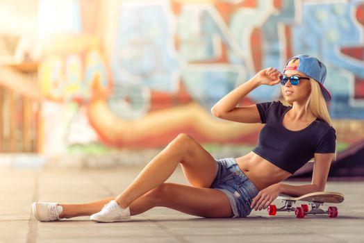 Фото бесплатно женщины, скейтборд, джинсовые шорты