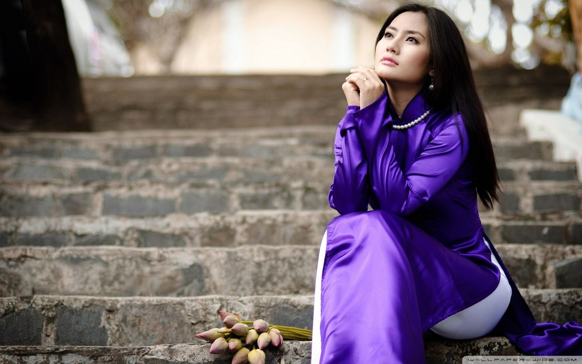 Фото бесплатно женщины, азиатские, o d i, vietnamese, сидя, женщины на открытом воздухе, лестницы, глядя вверх, брюнетка, черные волосы, девушки
