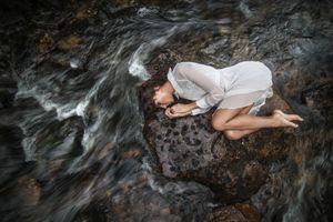 Фото бесплатно волнистые волосы, босиком, лежа