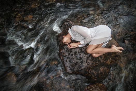 Бесплатные фото женщины,модель,брюнетка,ноги,длинные волосы,волнистые волосы,лежа,платье,босиком,ручей,женщины на открытом воздухе