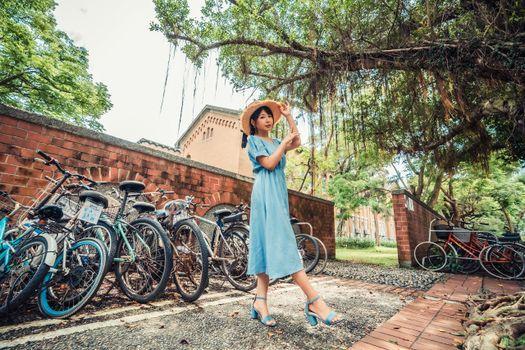 Photo free woman, bicycle, hat