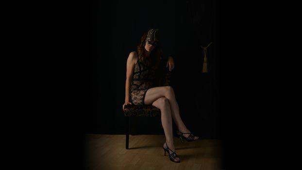 Бесплатные фото будуар,темный,ноги,маска,маскарад,стул,стилето,черное платье,зрелые,высокие каблуки,boudoir,dark