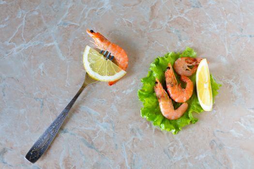 Shrimp with lemon · free photo